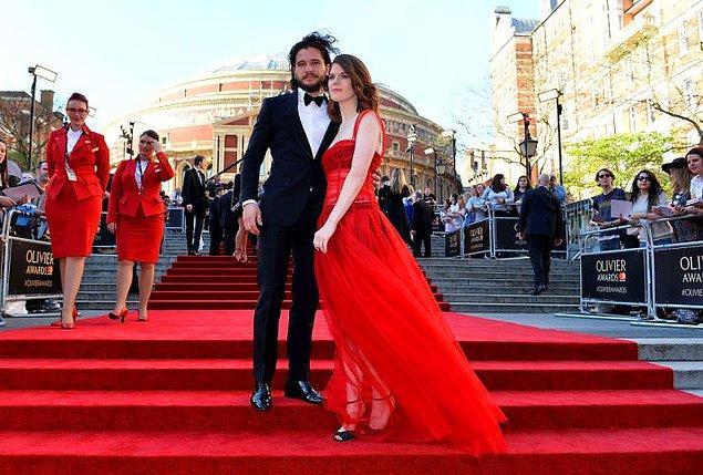 Game of Thrones'dan rol arkadaşı olan Rose, nişanlısının Emilia ile mıç mıç olmasına pek de takılmıyor.