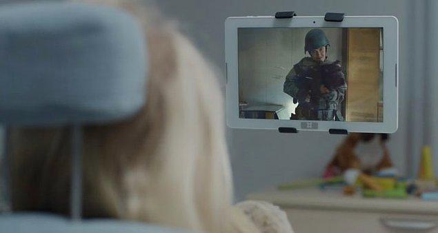 """7. """"Arkangel"""" bölümünde Sara karakterine kısaca gösterilen şiddet içerikli video 3. sezon """"Men Against Fire"""" bölümünden bir kesit."""