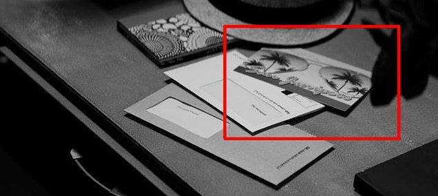 """16. """"Metalhead"""" isimli bölümde Bella'nın kurcaladığı masanın üzerinde bir """"San Junipero"""" kartpostalı bulunmakta."""