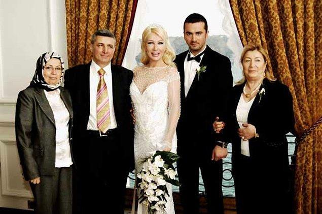 6. Seda Sayan 6. evliliğini türkücü Onur Şan ile Çırağan Sarayı'nda gerçekleştirdi.