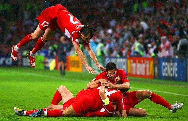 16. EURO 2008 grup maçında A Milli Takım, Çek Cumhuriyeti'ni 2-0'dan geri gelip 3-2 yenerek çeyrek finale çıktı.