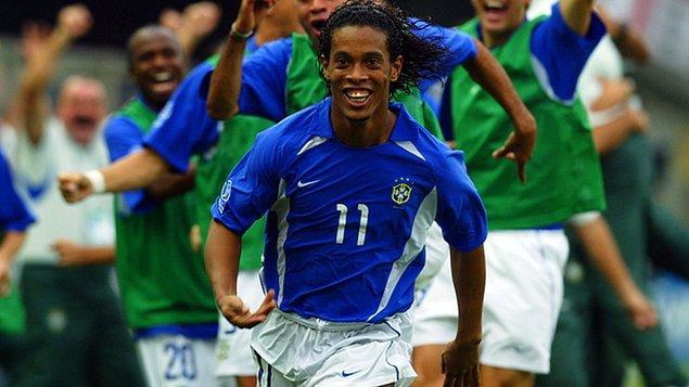 PSG'de iyi bir performans sergileyemeyen Ronaldinho, 2002 Dünya Kupası'nda gösterdiği performansla artık dünya futbolunda ortalığı kasıp kavuracak yeni bir yıldız geliyor dedirtmişti.