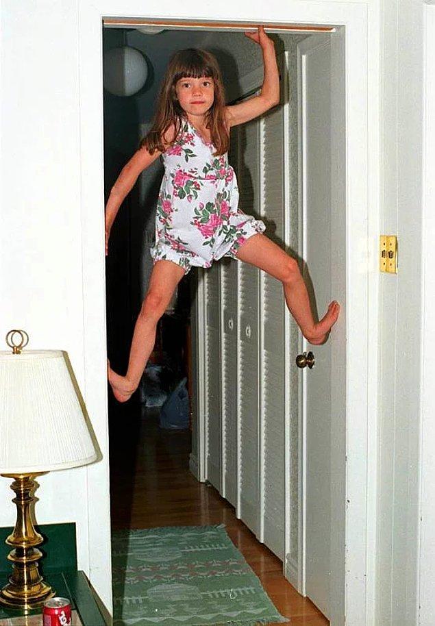 1. Nedeni belli olmasa da, çocuklar kapı pervazlarına tırmanma konusunda uzman sayılırlar.