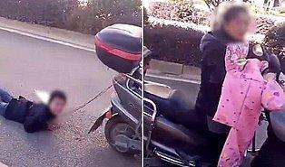 Bu Nasıl Anne!? Yaramazlık Yapan Oğlunu Ellerinden Scooter'ına Bağlayarak Sürükledi!