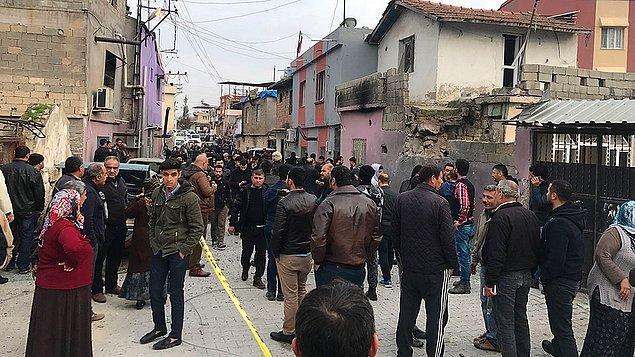 Roketlerin düştüğü mahallelerde park halindeki araçlar ile evler de zarar gördü.