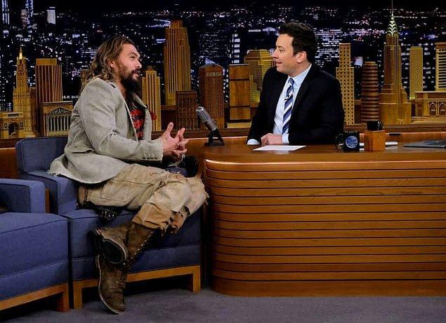 Jason, yeni Netflix dizisi 'Frontier' hakkında Jimmy Fallon ile kısa bir sohbet için 'The Tonight Show'a katıldığında küçük bir probleminden bahsetti.