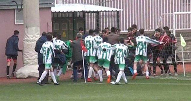 Ostimspor'un 3-2 kazandığı karşılaşmanın bitiminde Tunç Altındağsporlu yönetici, rakip takım antrenörüne tokat atınca saha karıştı.
