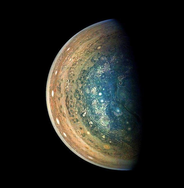 6. Jüpiter'in güney kutbundaki karışıklığı