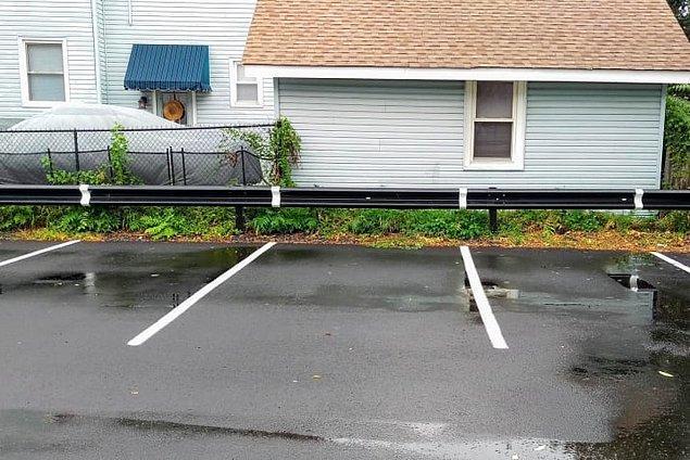 10. Sonunda birisi park çizgilerini bariyere de çizmiş 👏