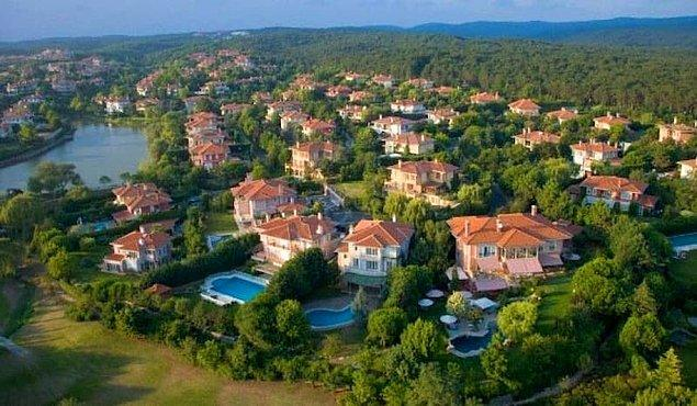 Sarmaşık'taki çekimler Eyüp'e bağlı Göktürk Mahallesi'nde villaların yer aldığı bölgede gerçekleşiyor.