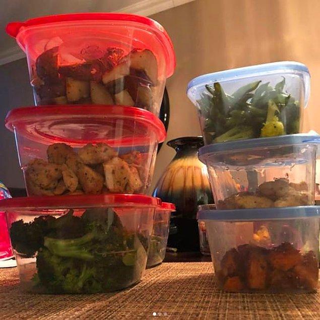 6. Önceden pişirdiğiniz her çeşit yemeği ayrı ayrı kaplarda saklayın. Böylece daha sonra farklı kombinasyonlar halinde ısıtıp kullanabilirsiniz.