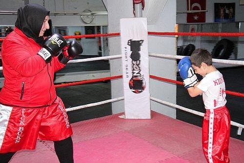 Dul Kadınsın Evde Otur Demişlerdi: Kick Boks Şampiyonu Gülsüm Özenin Sıradaki Hedefi Avrupa 97