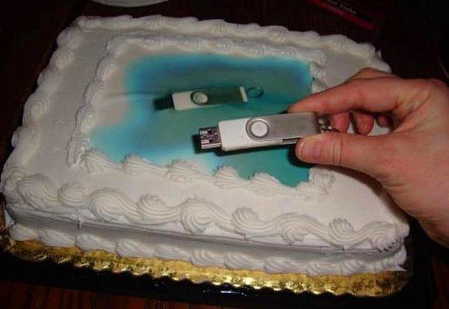 10. Resim indirmeye üşenen arkadaş direkt USB'nin fotoğrafını basmış bu sefer... 😶