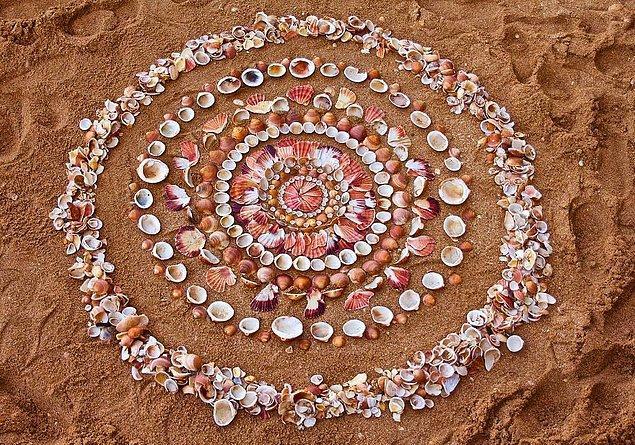 5. Eğer işlerini kıyıda yapıyorsa, deniz kenarındaki malzemeler zaten gel-git yüzünden yerinden olduğu için daha özgür.