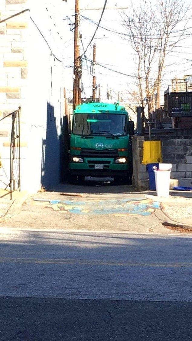 9. Çöp kamyonu ve dar sokak.