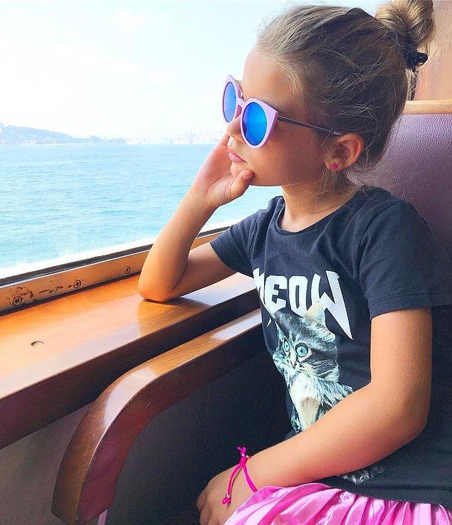 Fotoğraflarını genellikle profesyonel bir fotoğraf sanatçısı olan annesi çekiyor. Annesi hem stil danışmanı hem de fotoğrafçısı Lavinya'nın.