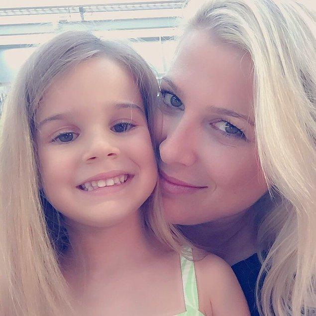 Siz şimdi merak etmişsinizdir, hemen merakınızı giderelim: İşte karşınızda Lavinya'nın annesi Aylin Ünlüer.