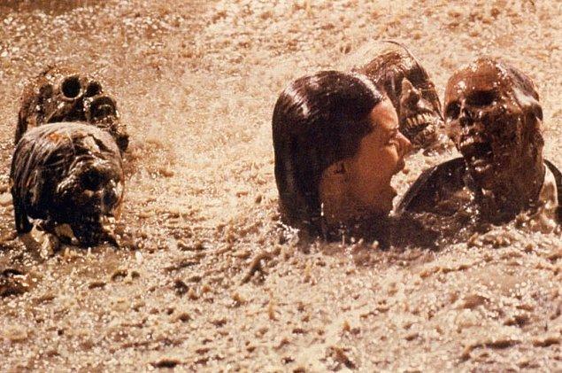 16. Poltergeist: Kötü Ruh filminde oyuncu Jobeth Williams, havuzda sahnedeki iskeletlerin gerçek olduğunu ancak çekimlerden sonra öğrendi.
