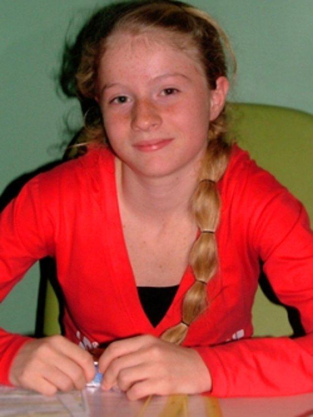 Bu sevimli kızı uzun uzun ilk seyrettiğimiz dizi ise Aliye. Hani orada Doktor Deniz'in kız kardeşi Gülsün vardı ya? Ecem'in ilk dizisi işte o.