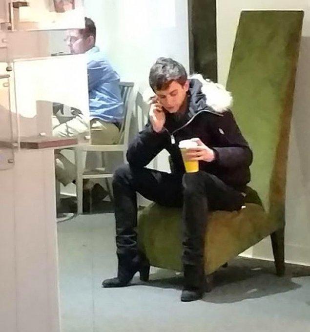 25. Bu adam topuklu ayakkabı giymiyor aslında. Her şeyin sorumlusu sandalyenin ayakları ve adamın oturuş şekli.
