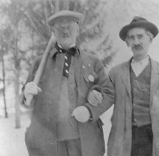 15. En yaşlı oyuncu ise curling atleti İsveç temsilcisi 58 yaşındaki Carl August Kronlund (solda) oldu. 1924 olimpiyatlarında müsabakaya katılmıştı.