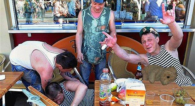 1. Rus erkeklerinin %25'i 50 yaşlarının ortasına gelemeden votka yüzünden hayatını kaybediyor.