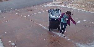 Çöp Çıkarmak Bazen Dünyanın En Zor İşi Olabilir: Buzlu Zeminde Çöp Kovasını İlerletmekte Zorlanan Genç Kadın
