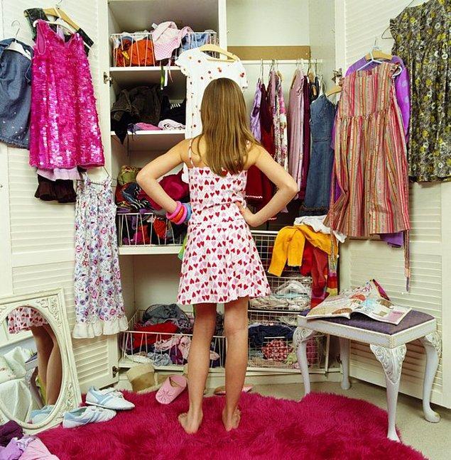 11. Her şeyin moda göre değişebileceği, bir dünya eşya içinde aslında hiçbir şey yokmuş gibi düşünüleceği gerçeği bir süre sonra evdeki herkesi etkisi altına alır.