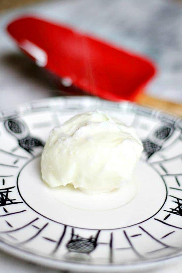 3. Hızlıca poşe yumurta yapmak için yumurtayı bir fincanın içinde mikrodalgaya atın.