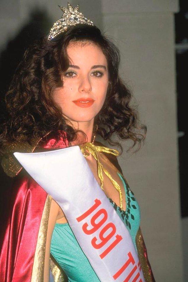 1. 1991 yılında, Türkiye Güzellik Yarışması'nda 3. olarak adını duyurmayı başardı Defne Samyeli.