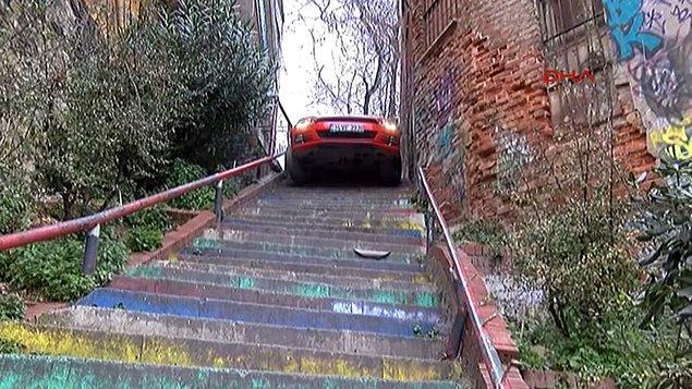 11. Aracıyla merdivenlerden aşağı inemeyince arabanın içinde uyuyakalan genç