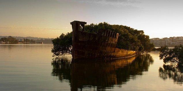 24. Avustralya'dan eski bir savaş gemisi.