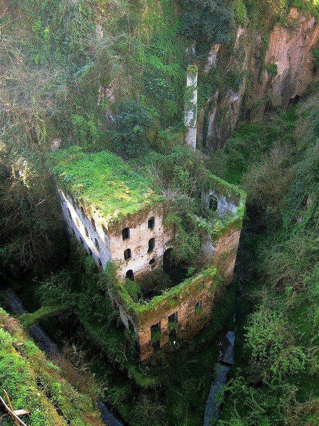 26. 1866'dan beri ayak basılmamış bir değirmen. Sorrento, İtalya.