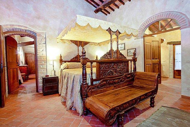 100 seneyi aşkın tarihi olan bu villa, zaman içerisinde farklı mimarlar tarafından genişletilmiş hali ile günümüzde 18 dönümlük dev bir alanı kaplıyor.