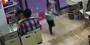 Ufacık Çocuğa Çelme Takarak İntikam Alan Vicdansız Kadın