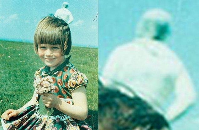 10. Jim Templeton, kızının fotoğrafını çektirip bastırdıktan sonra bu gariplikle karşılaştı. Üzerinde oynama yapılmadığı tespit edilen fotoğraftaki astronotun oraya nasıl geldiği ise tam bir muamma…