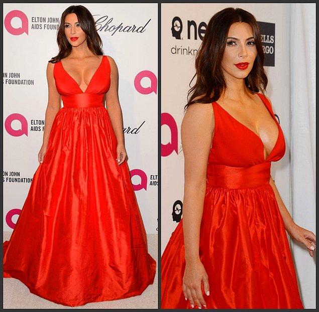 9. Kim Kardashian göğüs dekolteli bu kırmızı elbisesiyle çok iddialı. 😍