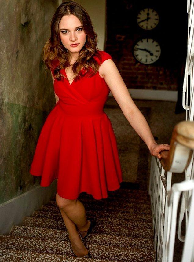 10. Miray Daner de yaşına uygun bir kırmızı renk kıyafet giymiş bizce çok tatlı olmuş. Sizce nasıl olmuş? 😇