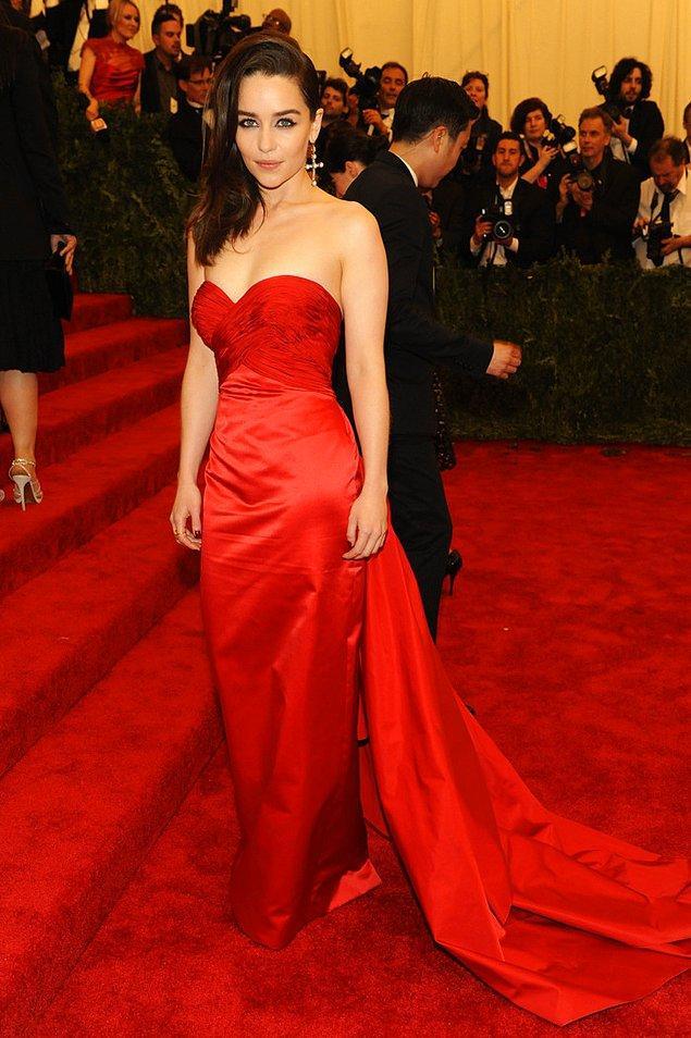 18. Emilia Clarke de kuyruklu elbiseyle karşımızda. Takı olarak sadece uzun küpe tercih etmiş.