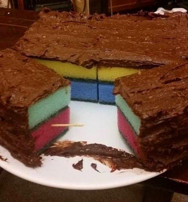 2. Sevgilisi sünger kek istemiş, o da yapmış işte. Problem ne ki? 🤔