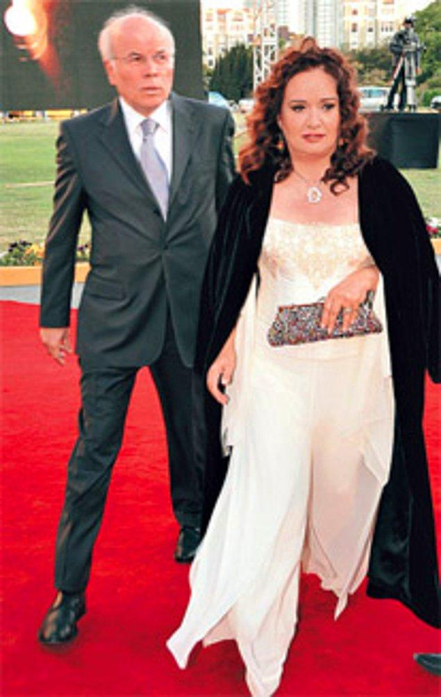 2005 yılından beri de siyasetçi Ercan Karakaş ile evli Müjde Ar.