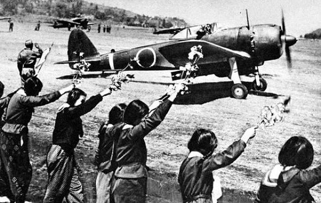 1. II. Dünya Savaşı süresince kamikaze pilotlarının yaklaşık 9'da 1'i hedefini vurdu.