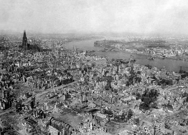 22. Polonya İkinci Dünya Savaşı boyunca bütün uluslar arasındaki en büyük kayıp yüzdesini yaşadı ve nüfusunun %20'sini kaybetti.