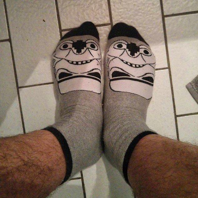 """8. """"Bu Star Wars çoraplarının epey havalı olduğunu düşünüyordum, ta ki giyip bu korkunç surat ifadesini görene kadar..."""""""