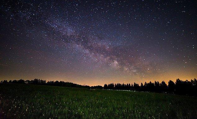 6. Geceleri çıplak gözle gördüğümüz yıldızların bize olan uzaklıkları 8.6 ışık yılıyla (Mesela Sirius) 1500 ışık yılı (Mesela Deneb) arasında değişiyor.