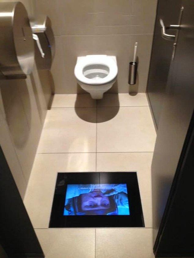 1. Bu sinemanın tuvaletleri filmin bir saniyesini bile kaçırmamanız için özel olarak tasarlanmış!