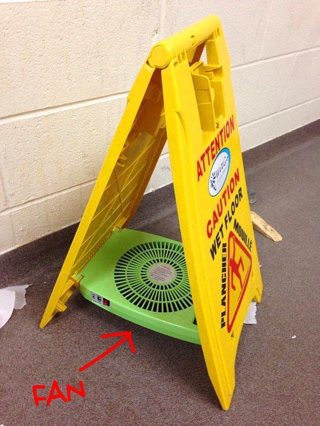 10. Sadece yerlerin ıslak olduğunu göstermeyip kurutmak için uğraşan emekçi bir uyarı tabelası!