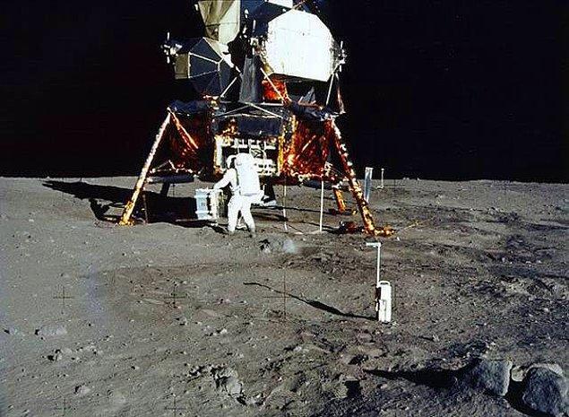 6. Apollo 11 astronotları Ay'dan Dünya'ya geri dönerken, kendilerinden geriye birkaç şey bıraktılar: kendi botlarını, bir zeytin dalını ve tahmin edebileceğiniz gibi, Neil Armstrong'un kakasını...