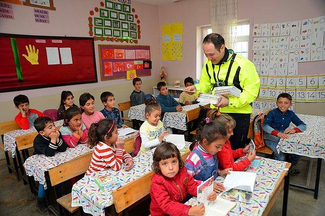 İl ve ilçe merkezi ve ilçelere bağlı 26 köy okulundaki öğrencilere 5 bin 20 kitap hediye etti.