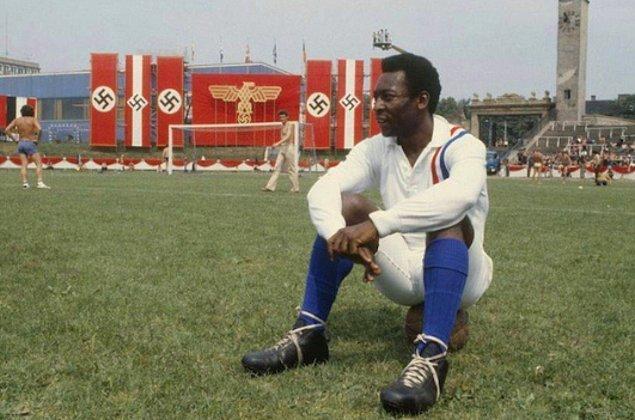 """""""Zafere Kaçış"""" filminin çekimlerinde mola vermiş Pelé, 1981."""